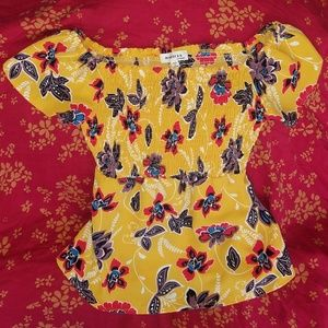 👚Yellow gold flirty floral top Size M👚